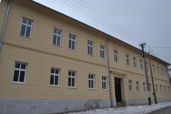 Bývalá škola. Budovu zachránili v hodine dvanástej. Vznikli byty blízko centra.