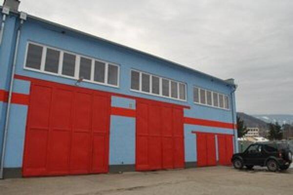 Vynovená hasičská zbrojnica. Moderná budova s rádiostanicou slúži obecným hasičom.