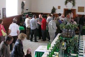 Ochutnávka vín. Rôzne odrody vín prišli ochutnávať odborníci aj verejnosť.