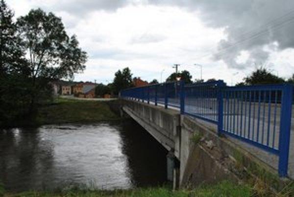 Most v Plešivci. Čo spôsobilo pád muža do rieky Slaná, je otázne.