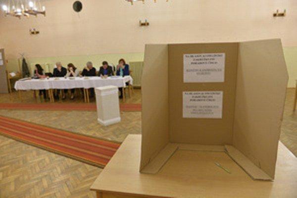 Volebná komisia v Lazanoch pracuje už od šiestej hodiny.