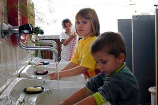 Materské školy a školské jedálne. V rámci úsporných opatrení budú šetriť v spotrebe energií, pozastavené budú aj plánované opravy a údržba a vykonané budú len opravy v rámci vzniknutých havarijných stavov.
