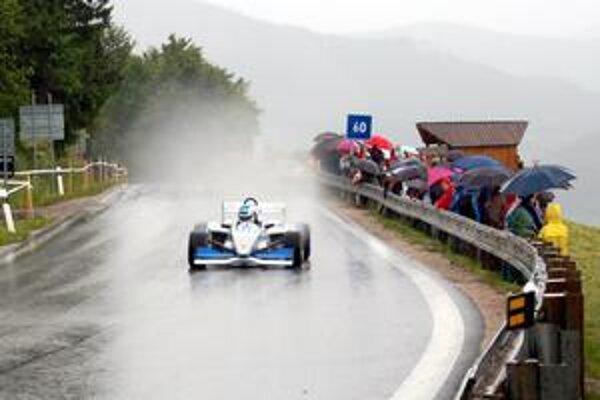Jazdci na formulách to v daždivom počasí nemali ľahké.