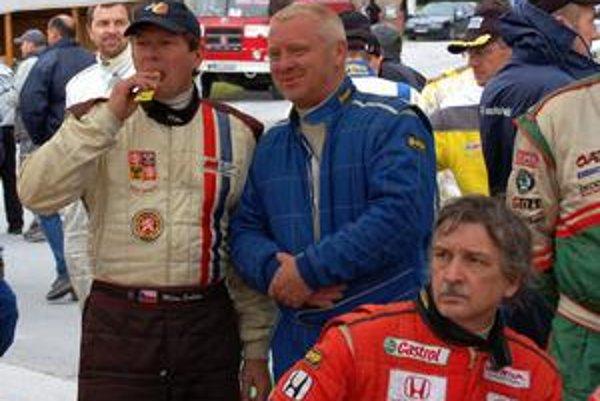 Voľbou slickov ukázal Jaroslav Krajči (v strede), ako dobre pozná trať Dobšinského kopca.
