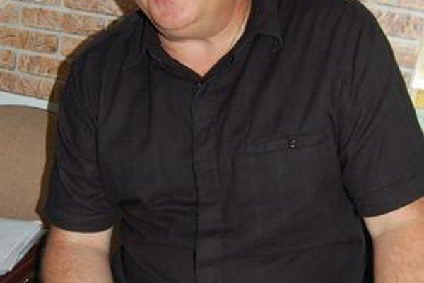 Mikuláš Cmorík. Je právnym zástupcom obce, aj členom obecnej rady v Plešivci.