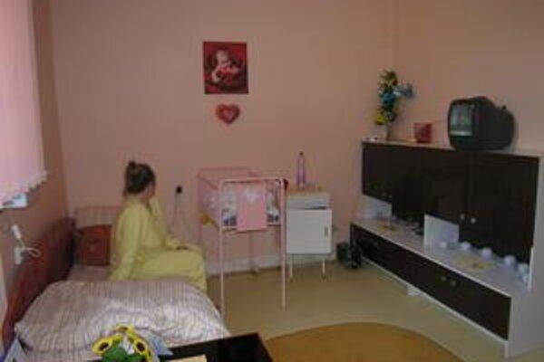 Nadštandardná izba. Je vybavená aj televíziou či chladničkou.