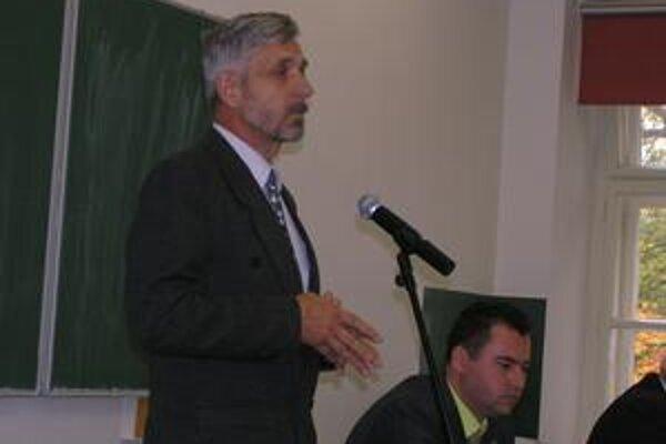 Prorektor Ján Ferenčík. Odišiel z auly ešte pred ukončením stretnutia, študenti si jeho záverečné slovo odmietli vypočuť.