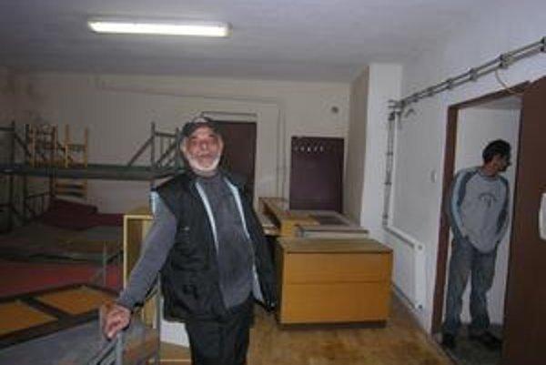 Tibor Landori. Správca útulku v Rožňave (v popredí) tvrdí, že aj keď sa v priestoroch zatiaľ iba maľuje, niektorí bezdomovci sa už chodia pýtať, či je otvorený.