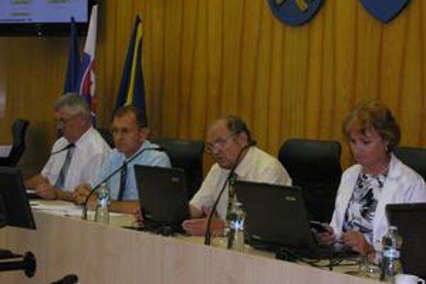 Vedenie mesta. Do zastupiteľstva idú návrhy na ich odmeňovanie v čase, keď má mesto nezaplatené faktúry.
