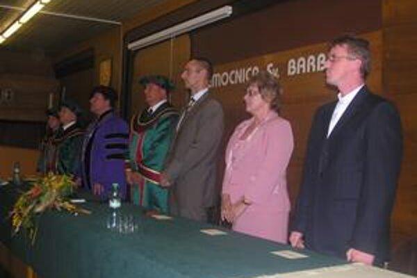 Marta Hlaváčová sa ako jediná uchádzala o miesto riaditeľa nemocnice (druhá sprava).