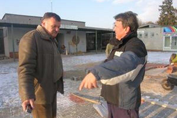 Zadarmo. Nezávislý poslanec za časť mesta Nadabula Ľ. Kossuth (v ľavo) navrhol, že stavbu bude dozorovať sám, a aby to nezaťažilo mesto, tak zadarmo.