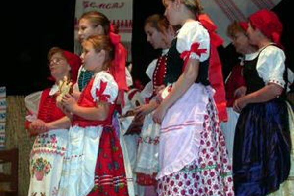 Folklór. V Gemeri má svoju tradíciu, zapájajú sa doň aj deti.