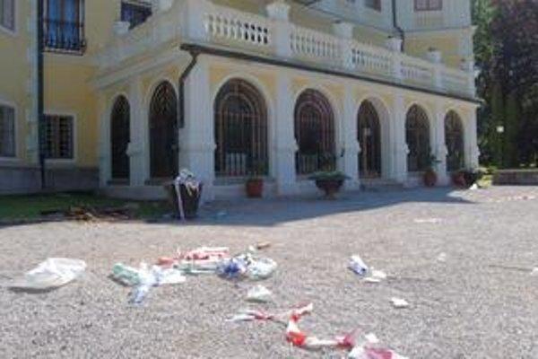 Pred vstupom do kaštiela čakali na návštevníkov porozhadzované plastové fľaše, poháre, dosky a iné smeti.