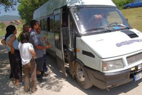 Zvážanie do volebných miestností. Mikrobus bol objednávkou samotných Rómov. Zorganizoval ho kandidát na poslanca do parlamentu a košický krajský poslanec Gejza Milko.