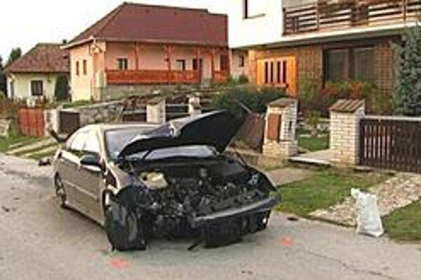 Auto s opitým vodičom za volantom narazilo do múru rodinného domu.