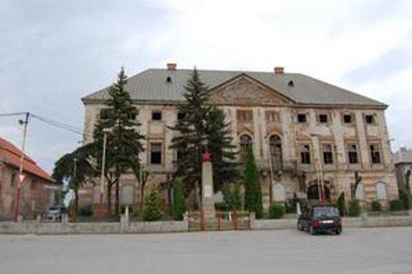 Dominantou námestia je Coburgovský kaštieľ, na rekonštrukciu ktorého zatiaľ peniaze nie sú.