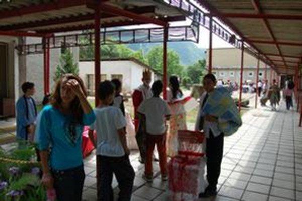 V Brzotíne je škola s rómskymi deťmi pre mladých absolventov skôr priestupnou stanicou, než stálym pôsobiskom.