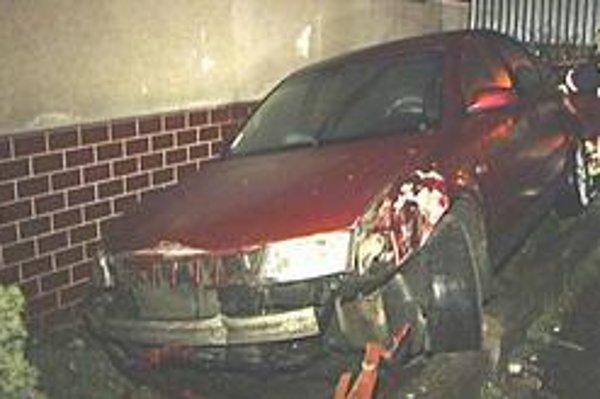 Auto v dome. Starostov syn zdemoloval oplotenie, plynovú prípojku aj auto.