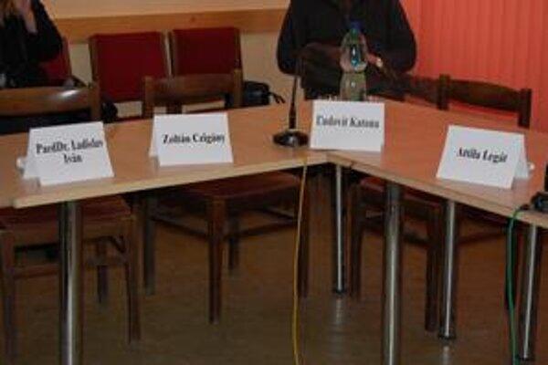 Rokovacia sála je na zasadnutiach buď prázdna alebo poloprázdna.