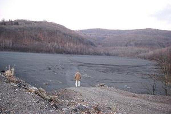 Odkalisko. Údolie zanesené čiernym bahnom by sa mohlo premeniť na tekutú hrozbu.