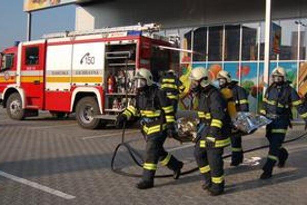 Hasiči. Likvidovali požiare, pomáhali pri povodniach a dopravných nehodách, absolvovali aj taktické cvičenia a museli ísť aj k planým poplachom.