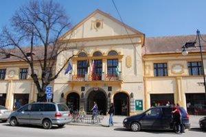 V mestskom úrade sa stále pracuje tak, akoby bolo mesto v ozdravnom režime.
