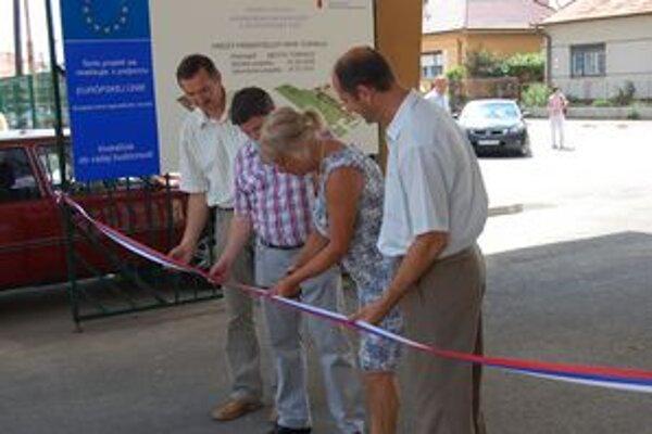 Slávnostné strihanie. Pásku strihá primátorka Tornale Anna Szögedi.
