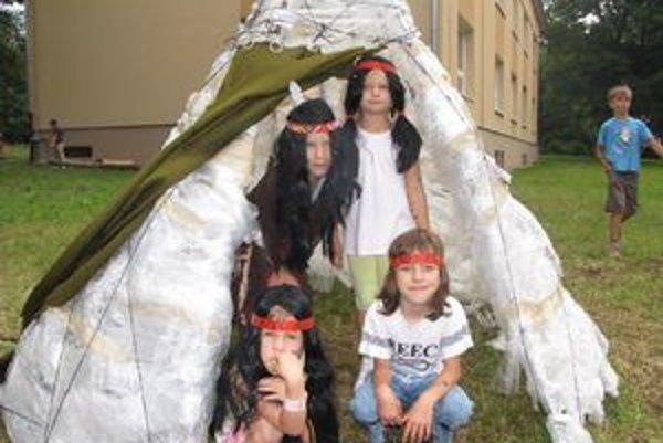 Vigvam. S pomocou dospelých postavili indiánsky stan.