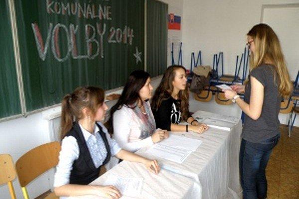 Študenti si voľby vyskúšali na pôde školy.