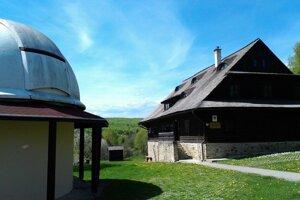 Roztoky. V areáli je okrem kupoly na pozorovanie aj objekt s ubytovacími priestormi.