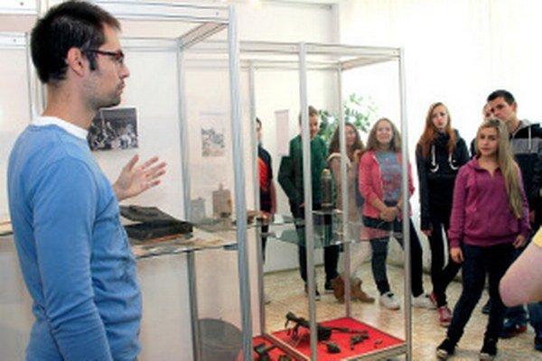 Výstava je zaujímavá aj pre žiakov škôl.