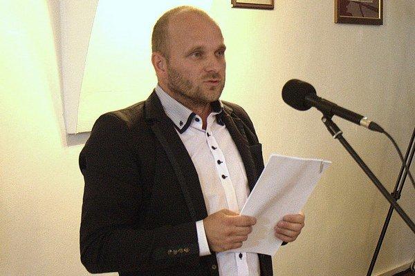 Poslanec Patrik Mihaľ si správu kontrolóra dobre preštudoval.