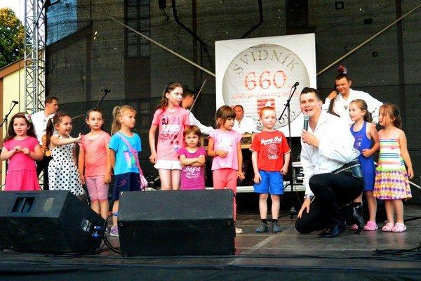 Kollárovci na pódiu s deťmi.