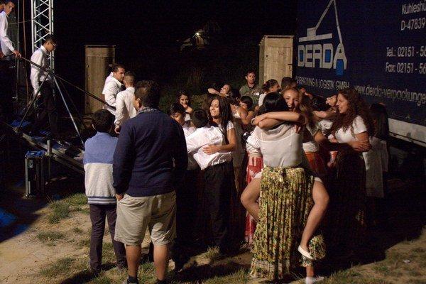 Čhavorenge s filharmonikmi v rómskej osade.