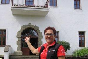 Spoluzakladateľka integračného centra Vlasta Blajsková ukazuje, kde teraz žije vyše 60 klientov domova sociálnych služieb.