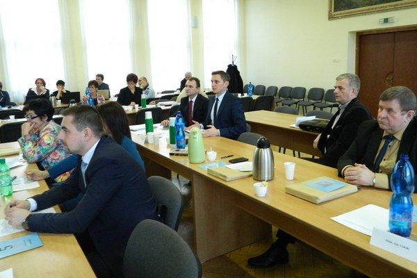 Poslanci hlasovali mimoriadne. Opozícia návrh okresaného rozpočtu presadila.