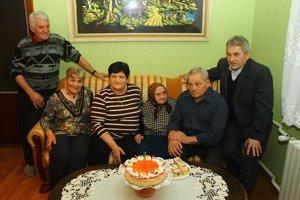 Dnes má 105 rokov. So svojou rodinou.