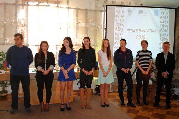 Úspešní športovci. Zľava: Sališ, Arendáčová, Cingeľová, Karaffová, Ferková, Vašková, Mikolajová, Grohoľ.