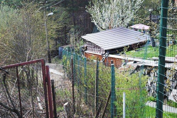 Mihaľovský pozemok. Chatári sa tade už nedostanú. Nový majiteľ ho hneď ohradil plotom.