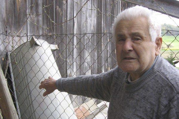 Vodu z miestneho prameňa ľudia voľakedy využívali aj na kúpanie. Dôchodca Ján Mikula ukazuje na vaňu, ktorú voľakedy naplnili vodou a kúpali sa v nej.
