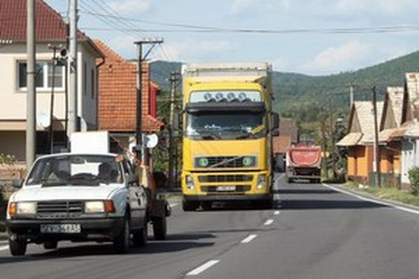 Cesty druhej a tretej triedy ničia kamióny. Nepomohli ani zákazy vjazdu, tvrdia župy.