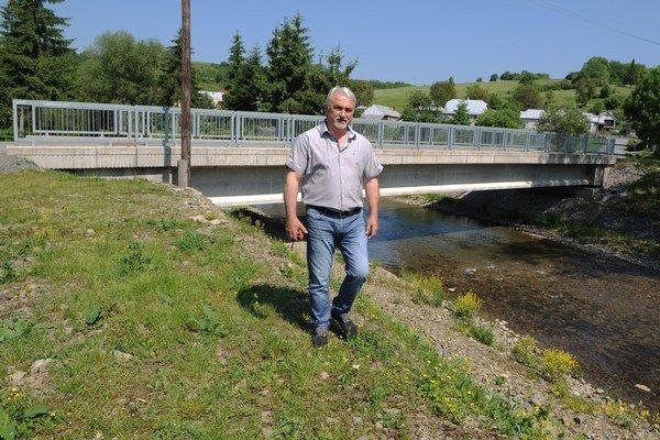 Starosta obce Bukovce Jaroslav Palička pri novom moste.