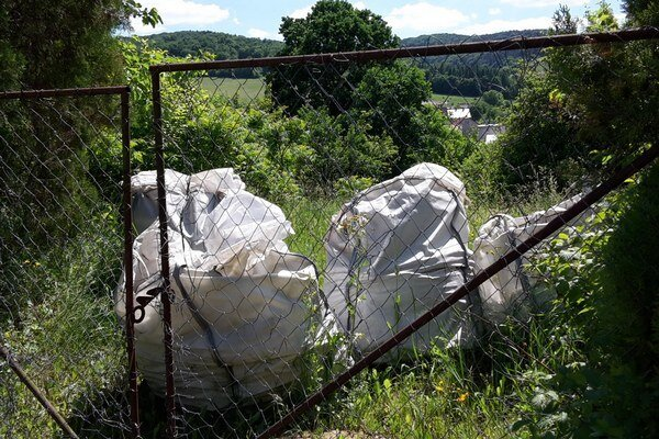 Päť plných big bagov azbestu. Niekto ich vyhodil na lúku pri záhradkárskej osade.