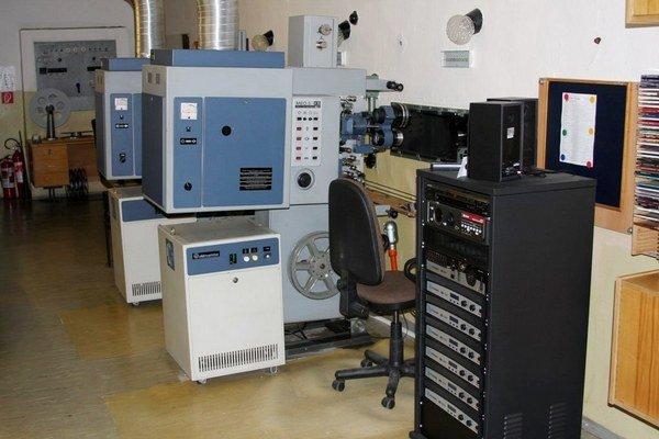 Premietacia technika. 35 mm premietačky aj digitálne audio sú nevyužité.