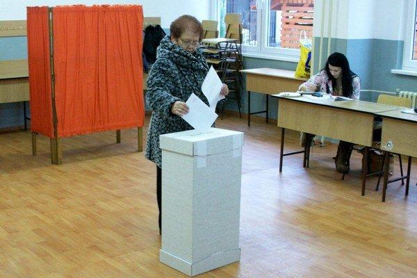 Volebná miestnosť na Komenského ulici v Bardejove. V meste odovzdali voliči 23 809 hlasov.