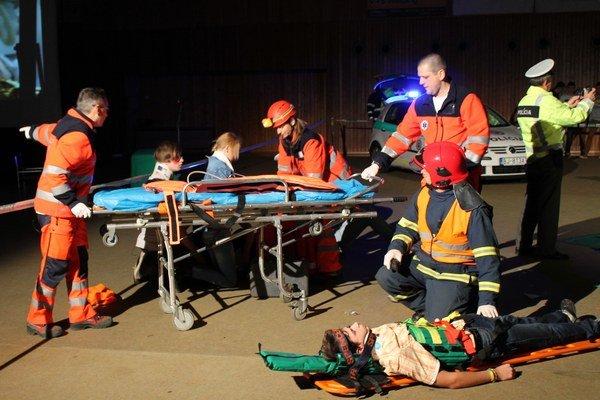 Záchranári v akcii. Študenti SPŠ v Bardejove po havárii spolupracujú so záchrannými zložkami.