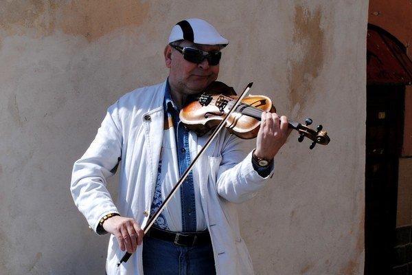 Pouličný huslista Ladislav Gál. Spríjemňuje atmosféru starého mesta.
