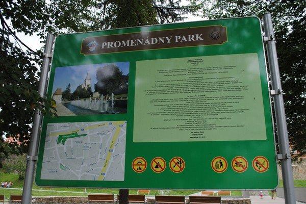 Promenádny park v Bardejove. Je ohraničený zákazom vstupu so psom.