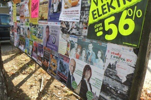 Aj na stálych plagátovacích plochách sa prezentujú kandidáti pre komunálne voľby.
