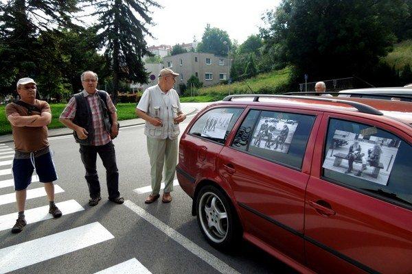 Výstava ZSF v Ružomberku. Protest pred galériou. Druhého augusta už Bardejovčania oficiálne vystavovať nemohli.